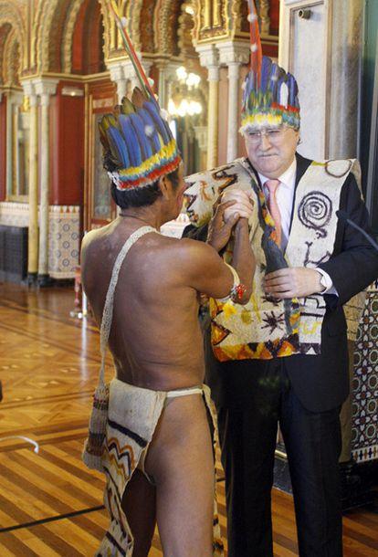 El chamán coloca un tocado de jefe indio al alcalde, Iñaki Azkuna