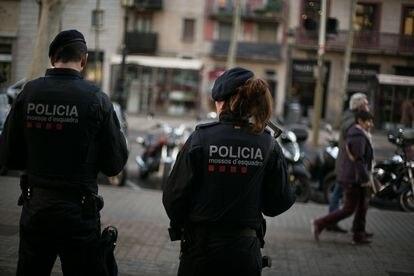 24/12/18 Un pareja de agentes de la Brigada Mobil de los Mossos d Esquadra vigilan la Rambla.Alerta de atentado terrorista en la Rambla. Barcelona, 24 de diciembre de 2018 [ALBERT GARCIA]