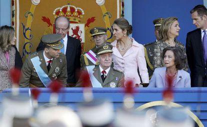 La Familia Real preside el desfile militar celebrado en Madrid con motivo de la Fiesta Nacional en 2011. A la derecha, la infanta Cristina e Iñaki Urdangarin.