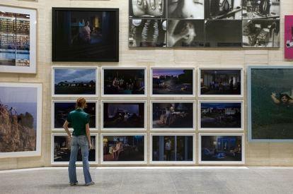 Fotografías de Gregory Crewdson en el Museo de Arte Contemporáneo de Castilla y León (Musac).