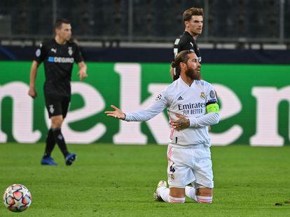 Ramos se lamenta de rodillas durante el partido entre Real Madrid y el Borussia Monchengladbach de la Champions este martes.