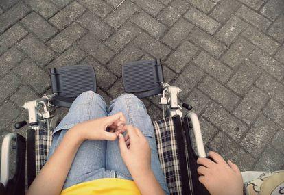 Un adolescente en silla de ruedas