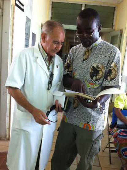 Miguel Pajares, a la izquierda, y un enfermero en el Hospital San José de Monrovia en 2011.