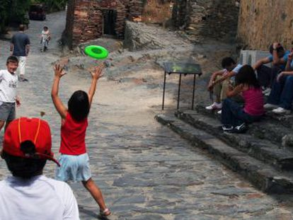 Un grupo de menores juega en una calle de Patones de Arriba.