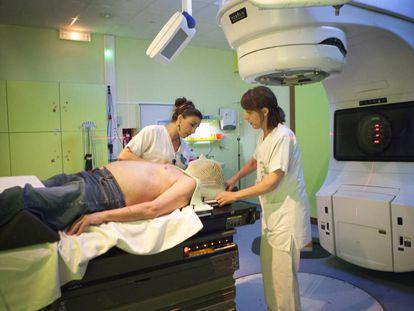 Un paciente de cáncer recibe radioterapia en un hospital de Saboya (Francia).