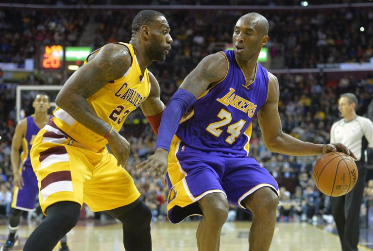 LeBron defends Kobe Bryant in a Cleveland-Lakers in 2016.