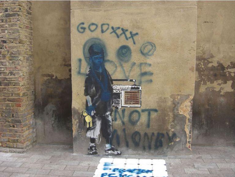Las primeras pintadas aparecen sobre la obra de Banksy. Es el principio del fin.