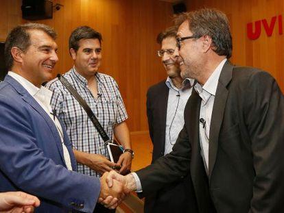 Laporta saluda a Benedito, detrás Conet, de Seguiment FCB, y Freixa.