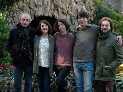 La directora Mar Coll (en el centro), rodeada de los cuatro protagonistas de su serie 'Matar al padre': desde la izquierda, Gonzalo de Castro, Paulina García, Marcel Borrás y Pol López.
