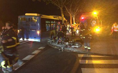 La moto y el autobús siniestrados en Puente de Vallecas.