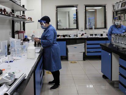 Empleados de la farmacéutica Eva Pharma trabajan en la producción de remdesivir.  29/06/2020 ONLY FOR USE IN SPAIN