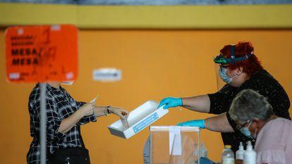 Una mujer vota en las pasadas elecciones autonómicas gallegas, el 12 de julio de 2020.