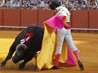 El diestro José Garrido durante la faena de su primer toro, ayer en La Maestranza de Sevilla.