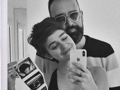 Laura Escanes y Risto Mejide muestran una tira de ecografías en una fotografía del perfil de Instagram de la 'influencer'.