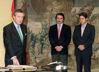 Dezcallar toma posesión como director del Cesid, ante Aznar, en 2001.