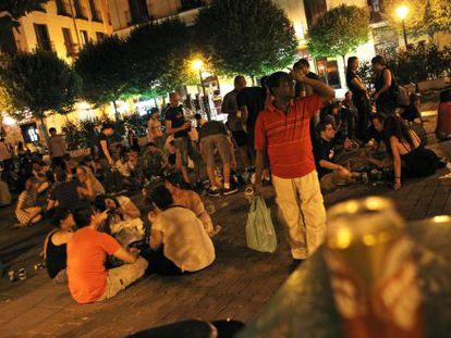 Noche de 'botellón' en una plaza de Madrid.