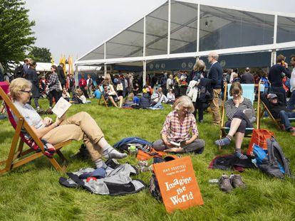 Visitantes del Hay Festival de Gales durante su última edición presencial, en mayo de 2019.