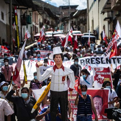 Supporters of the Peruvian left-wing presidential candidate for the Peru Libre party, Pedro Castillo, march in Tacabamba, Cajamarca region, northeastern Peru, on June 07, 2021, a day after runoff elections. - Right-wing populist Keiko Fujimori held a narrow lead Monday in Peru's presidential election, but the crisis-hit nation's race was too close to call as votes were still being tabulated from countryside bastions of support for radical leftist Pedro Castillo. With over 95% of the votes tallied, the result of the runoff election is still unknown. (Photo by ERNESTO BENAVIDES / AFP)