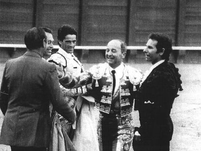 Luque Gago, la tarde de su retirada, junto a Rafael de Paula, Paco Ojeda, Curro Romero y su hermano.