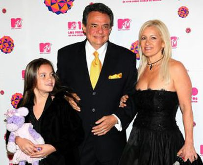 El cantante junto a su esposa, Sara, y una hija