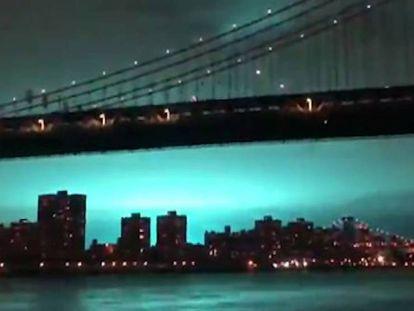 El cielo de Nueva York este jueves tras la explosión de un transformador en una central eléctrica. En el vídeo, la explosión vista desde distintos puntos de la ciudad.