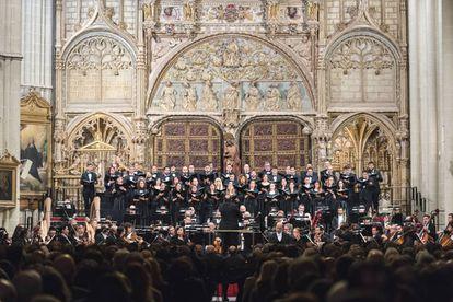 Coro, orquesta, solistas y director en un momento del concierto en la catedral de Toledo.