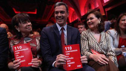 Pedro Sánchez, junto a Cristina Narbona y Carmen Calvo, en la presentación del programa socialista.