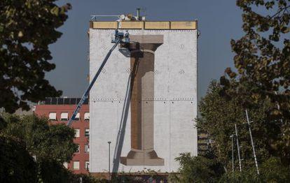 El artista español ESCIF, en la calle Espronceda, en el distrito 22@.