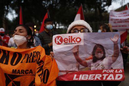 Seguidores de la candidata presidencial Keiko Fujimori se reúnen este miércoles para protestar y denunciar un presunto fraude electoral en la pasada segunda vuelta, en el sector de Campo de Marte, en Lima (Perú).