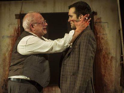 Juan Echanove, izquierda, y Ricardo Gómez, en una escena de 'Rojo', la obra de John Logan.