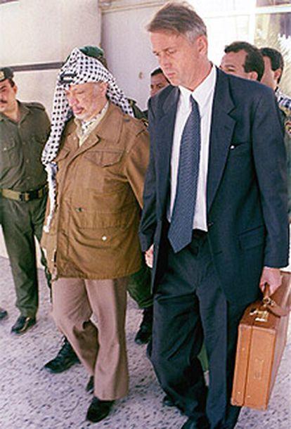El presidente de Palestina Yasir Arafat izquierda acompaña al enviado especial de la ONU, Terje Larsen, en una imagen de 1996.
