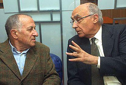 Los escritores Juan Goytisolo (izquierda) y José Saramago (derecha), en el Salón del Libro en París.