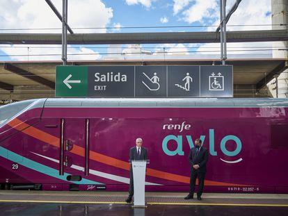 El presidente de Renfe, Isaías Taboas (en el atril), y el ministro de Transportes, José Luis Ábalos, en la presentación de Avlo, en la estación de Madrid-Puerta de Atocha.