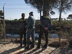 Agentes de la Guardia Civil junto una balsa ilegal en Lucena del Puerto (Huelva), junto al parque de Doñana.