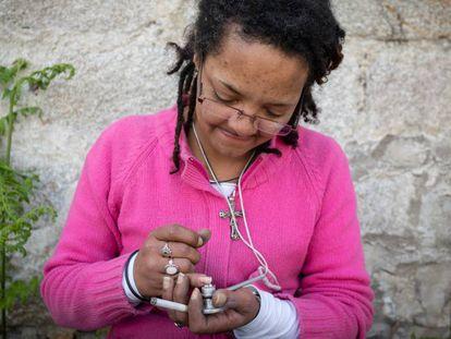 Una consumidora de drogas a las afueras de Oporto.