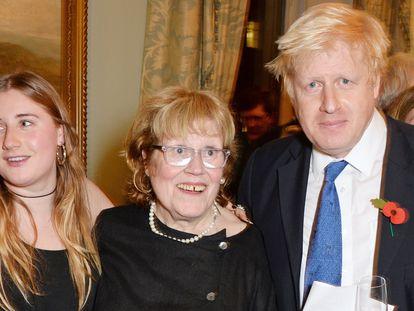 Boris Johnson (a la derecha) con su hija Lara Lettice y su madre, Charlotte, en octubre de 2014 en Londres.
