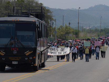 Padres de los normalistas detenidos durante una protesta el viernes en Cintalapa, Chiapas.