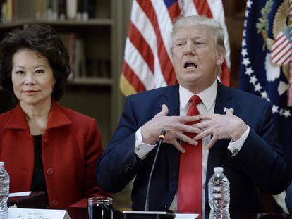 Elaine Chao, entonces secretaria de Transporte, junto a Donald Trump, en una reunión en 2017.