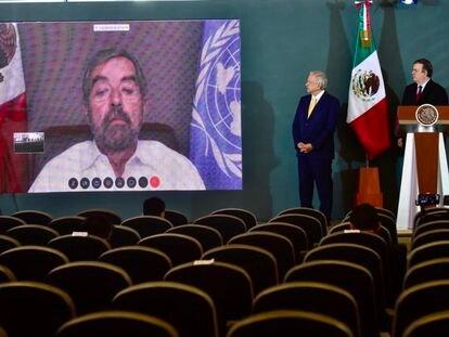 López Obrador en una conferencia con el canciller Ebrard y el embajador Juan Ramón de la Fuente.