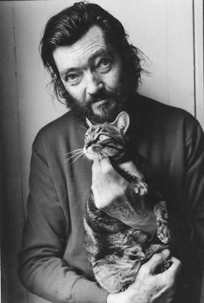 El escritorJulio Cortázar posa con su gato en 1982.