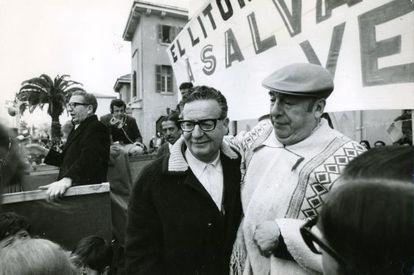 El ex presidente de Chile Salvador Allende con el poeta literario ganador del Premio Nobel Pablo Neruda.