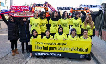 Protesta, organizada por Amnistía Internacional, ayer frente a la embajada de Arabia en Madrid por el encarcelamiento de Loujain al-Hatloul.