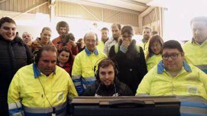 Rubén Riós, ante el monitor, con parte del equipo de Máis ca Vida y Vida, durante una visualización de escenas.