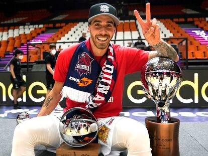Vildoza posa con el trofeo de campeón Liga y MVP