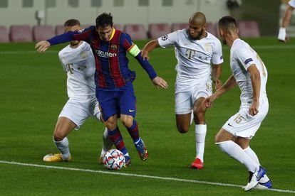 Messi, rodeado de rivales del Ferencvaros.