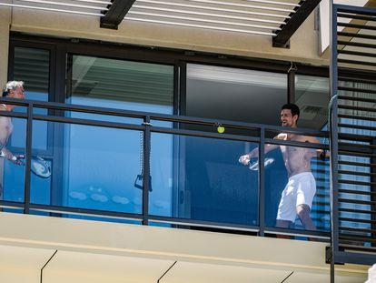 Djokovic pelotea con un acompañante en el balcón de su hotel en Adelaida.