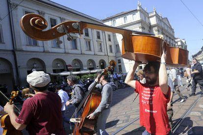 Trabajadores de La Scala se manifiestan el viernes contra los recortes presupuestarios.