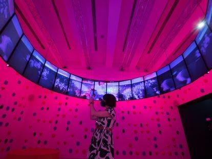 Una asistente a la exposición 'Homo Ludens. Videojuegos para entender el presente', hoy martes en CaixaForum Madrid.