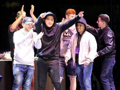 El ganador de 'Cervantes en rap' junto al resto de finalistas.
