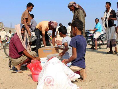 Desplazados yemeníes reciben ayuda humanitaria del Programa Mundial de Alimentos.